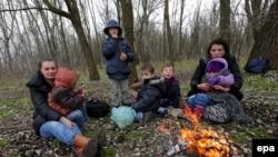 Семья из Косово, незаконно перешедшая сербско-венгерскую границу в районе городка Асоттхалом, Венгрия, февраль 2015 года.