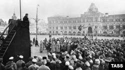 Oktobarska revolucija označila je početak surevnjivosti između Istoka i Zapada; Foto: Lenjin govori na Crvenom trgu u Moskvi 1918.