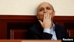 Бурную овацию на заседании горсуда по делу экс-премьера Грузии вызвала заключительная часть выступления обвиняемого, в которой он просил прощения за то, что не смог уберечь от гибели многих своих коллег
