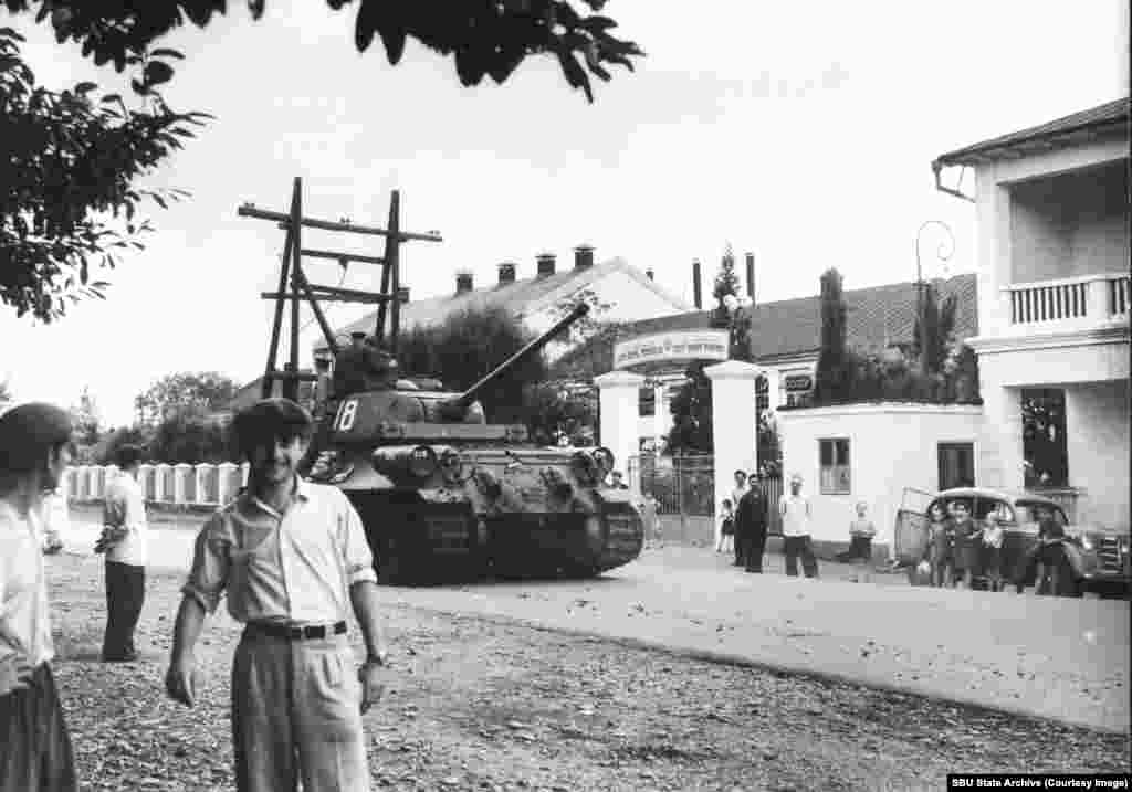 A T-34-85, an upgraded version produced from 1944, on a street in Odessa, U.S.S.R., in 1963. This photo was taken by French citizen Julien Galeotti, who was accused of spying and expelled from the Soviet Union.