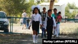 Дети и родители идут в школу в День знаний.