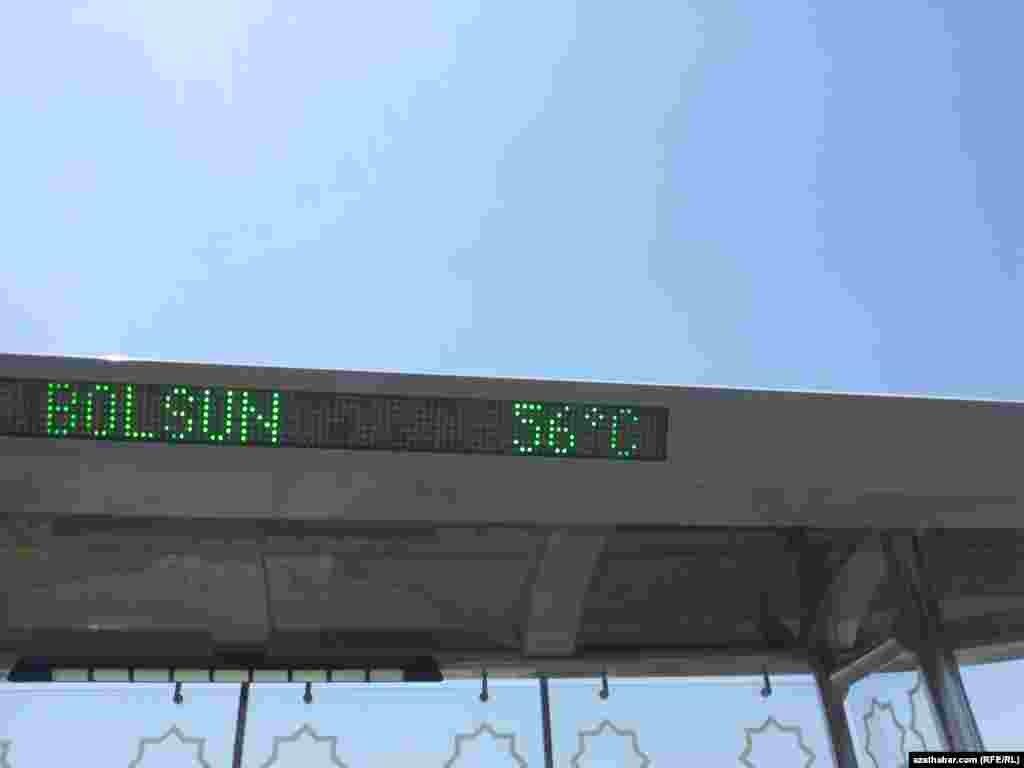 Awtobus duralgasyndaky termometrleriň köpüsinde 50 gradusdan ýokary temperaturany görkezýär.