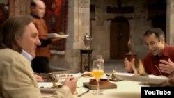 Француз актері Жерар Депардье (сол жақта) түскен әзербайжан асханасы туралы жарнамадан көрініс.