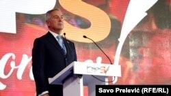 Milo Đukanović se obraća na kongresu u Podgorici