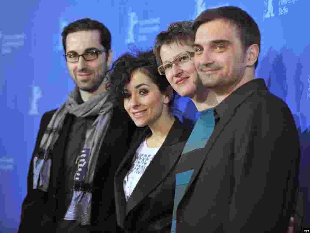 Ermin Bravo, Zrinka Cvitešić, Jasmila Žbanić i Leon Lučev dobro raspoloženi poziraju fotoreporterima.
