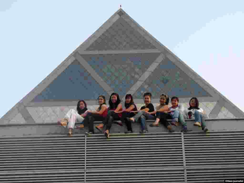 Мир у наших ног! Студентки на фоне Пирамиды (Дворец мира и согласия). Прислал читатель Айкөркем Сабидоллакызы