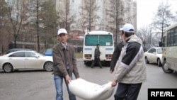 Kazakh university students distribute aid to flood victims near Almaty on March 18.