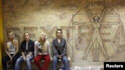 Активистки движения Femen, Александра Шевченко - вторая слева. Киев, 18 мая 2012 года.