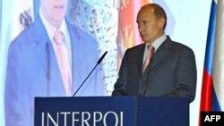 Vladimir Putin vorbind la o reuniune a Interpolului la St. Petersburg.