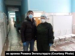 Волонтёр из Красноярска Роман Энгельгардт с врачом, которого развозил по вызовам