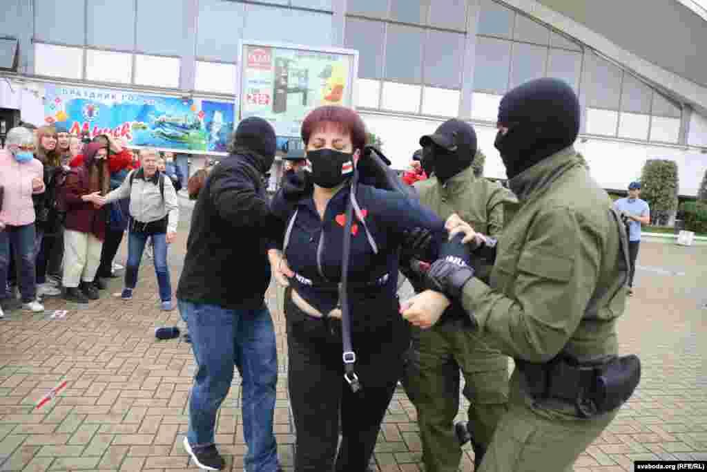 Agenții de poliție mascați au arestat câțiva dintre susținătorii Mariei Kolesnikova.
