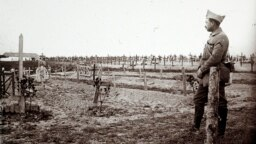 Кайчан төшерелгәне билгесез бу фотода алман хәрбиләре Массижта (Франция) француз хәрбиләренә бирелергә тәкъдим итә.