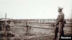 Офицер французской армии стоит у могил солдат, павших на участке Шампань на востоке Франции. 19 декабря 1916 года.