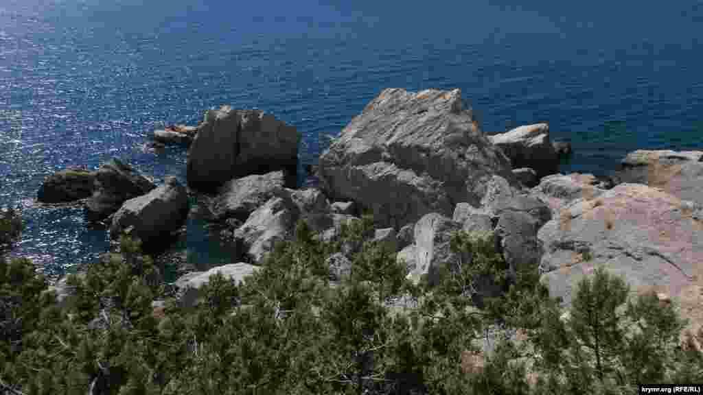 На южном берегу Крыма Голубой залив одно из самых диких мест, в прямом смысле этого слова, именно из-за своей малодоступности