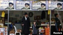 Рабі Овадія Йосеф на передвиборних плакатах його партії «Шас» угорі знімка перед виборами січня 2013 року, місто Ашдод