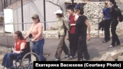 Настя Стриганова и волонтеры на экскурсии в зоопарке