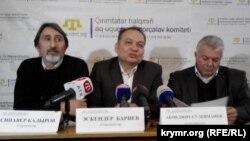 (soldan-sağ tarafqa) Sinaver Kadırov, Eskender Bariyev ve Abmecit Suleymanov Aqmescitte matbuat konferentsiyasında
