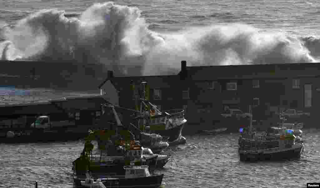 Large waves hit the seafront at the Cobb in Lyme Regis, southwest England. (Reuters/Toby Melville)