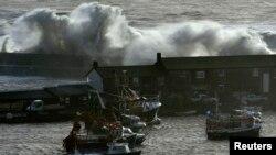 Високі хвилі на прибережжі південного заходу Англії, січень 2014 року