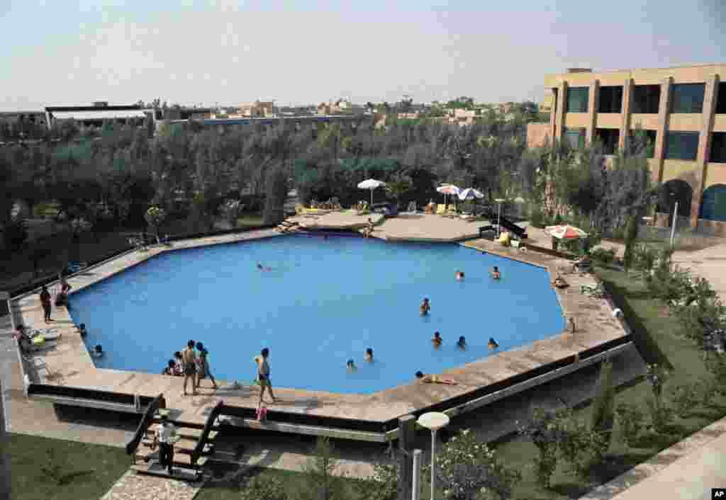 Восьмиугольный плавательный бассейн в гостевом доме иранской национальной нефтяной компании в городе Ахваз. Июль 1971 года. (AP Photo/Horst Faas)