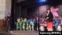 Гульнара Бекирова (п) поздравляет односельчан с праздником Наврез-байрам. Новоалексеевка, 19 марта 2016 года