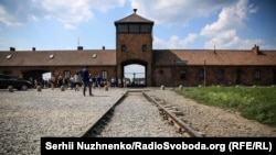 На территории бывшего нацистского концлагеря «Аушвиц-Биркенау у города Освенцима (Польша) теперь действует музей. В концлагере удерживали более 14 500 выходцев с территории Украины