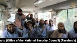 پروان کې د افغان حکومت له لوري د خوشې شویو سلو طالبانو یو انځور
