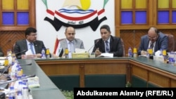 محافظ البصرة في اجتماع بمسؤولين في المحافظة