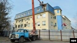 Popravke oštećenja na konzulatu Poljske u Lucku