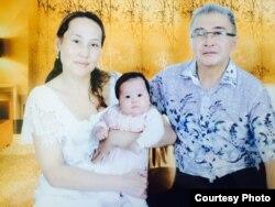 Санат Букенов, его жена Дина Кадаева и их дочь Ясмин. Фото сделано осенью 2014 года. Фото из семейного архива.