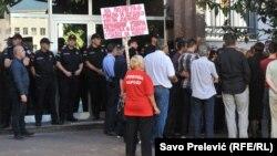 """Okupljena masa ispred Vrhovnog suda u kojem se odvija suđenje u slučaju """"državni udar"""", Podgorica"""