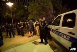 هویت مظنون تیراندازی غروب پنجشنبه به سوی ماموران پلیس در شهر دالاس «میکا خاویر جانسون» اعلام شدهاست. در تیراندازیها پنج مامور پلیس کشته شدند.