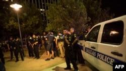 Полицейские в Далласе после стрельбы во время акции протеста против полицейского насилия, 7 июля 2016 года.