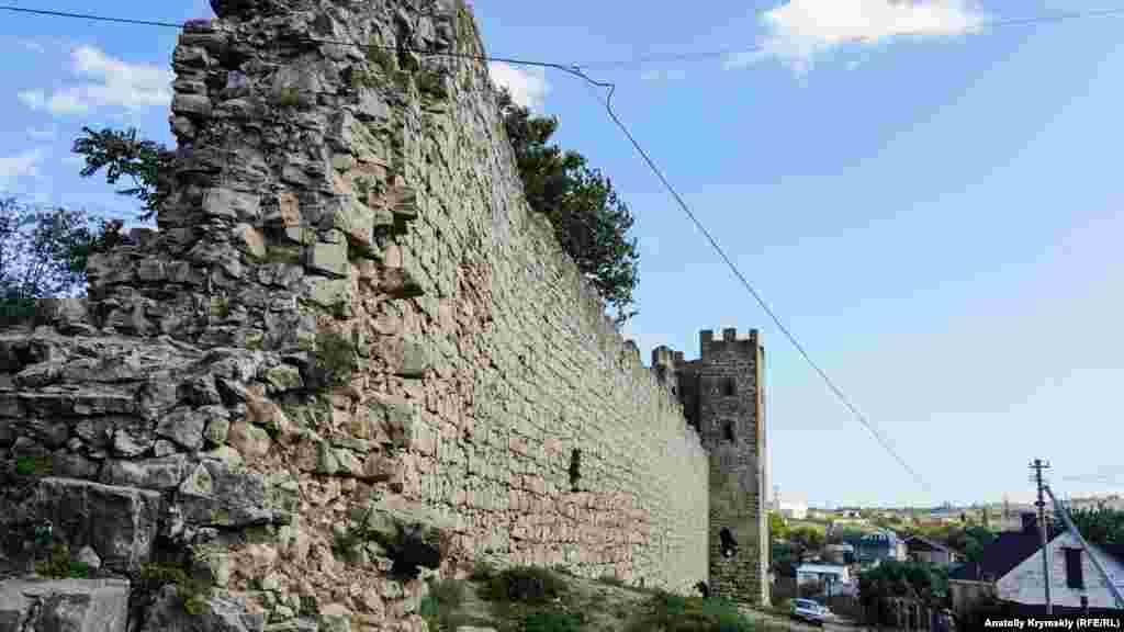 Длина стен цитадели составляла 718 метров, из которых сохранились лишь 469 метров. Они достигали 11 метров в высоту и два метра в толщину