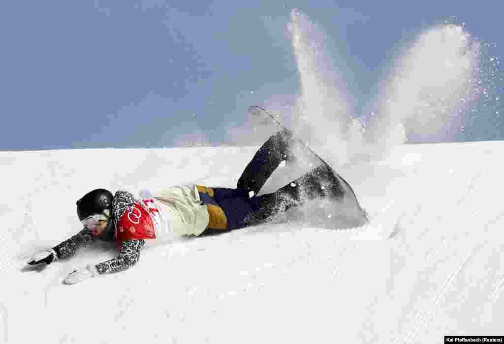Чешская сноубордистка Катерина Воячкова упала во время выступления, ограничившись в итоге 26-м местом. 19 февраля 2018 года.