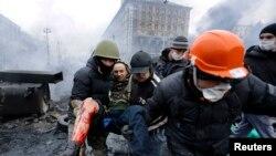 Учасники Євромайдану несуть пораненого, Київ, 20 лютого 2014 року