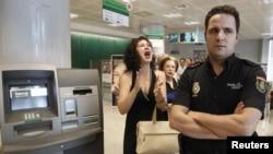 Испанские долги вселяют панику и в своих граждан, и в чужих