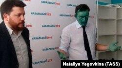 Основатель Фонда борьбы с коррупцией Алексей Навальный (справа) на пресс-конференции, посвященной открытию своего предвыборного штаба. Перед этим неизвестные закидали его шариками с зеленкой. Барнаул, 20 марта 2017 года.