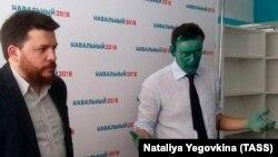 Алексей Навальный (справа), которого облили зелёнкой, на открытии штаба в Барнауле. 20 марта 2017 года.