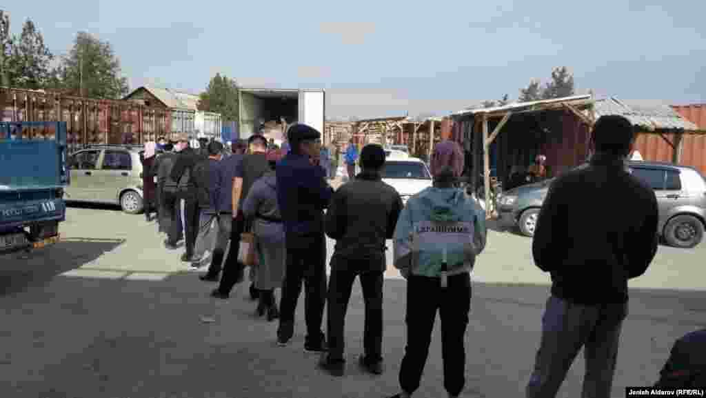 Баткендин борбордук базарында унга кезек күтүп тургандар. Кыргызстан 23-март, 2020-жыл.