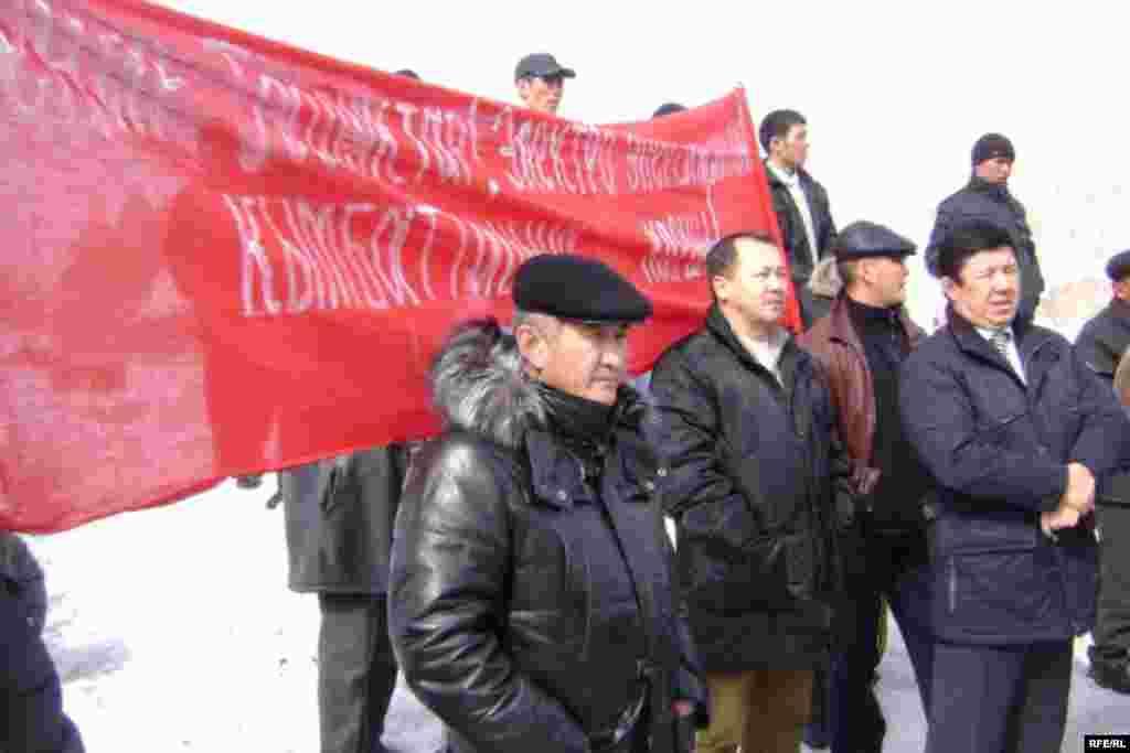 Митингичилер Исмаил Исаковдун, Балыкчы, Петровка боюнча соттолгондордун бошотулушун талап кылышты.