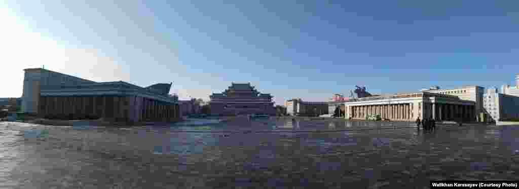 Площадь Ким Ир Сена в Пхеньяне.