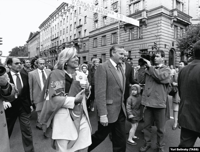 Мэр Петербурга Анатолий Собчак и Владимир Путин (среди сопровождающих, второй слева). 1992 год