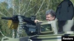 Президент Петро Порошенко у навчальному центрі Національної гвардії в Нових Петрівцях , архівне фото