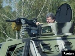 Президент України Петро Порошенко на військовій базі під Києвом 26 липня 2014 року