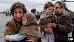 Հայաստան - Լեռնային Ղարաբաղում հայերի նկատմամբ ահագնացող ճնշումների հետևանքով Երևան ժամանող փախստական ընտանիք, մայիս, 1991թ․