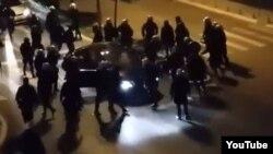 Nasilje policije nad jednim od učesnika protesta 2015. godine, ilustrativna fotografija