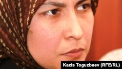Феруза Норкобилова, жена узбекского беженца-мусульманина Олимжона Холтураева, дает показания в суде. Алматы, 10 декабря 2010 года.