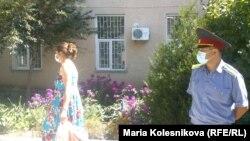 Обадан сақтанып, маска киіп алған адамдар. Қырғызстан, Ыстықкөл облысы Ақсу ауданы, 26 тамыз 2013 жыл.