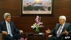 Sekretari amerikan i shtetit John kerry dhe presidenti palestinez Mahmud Abbas gjatë takimit në Ramallah më 19 Korrik 2013